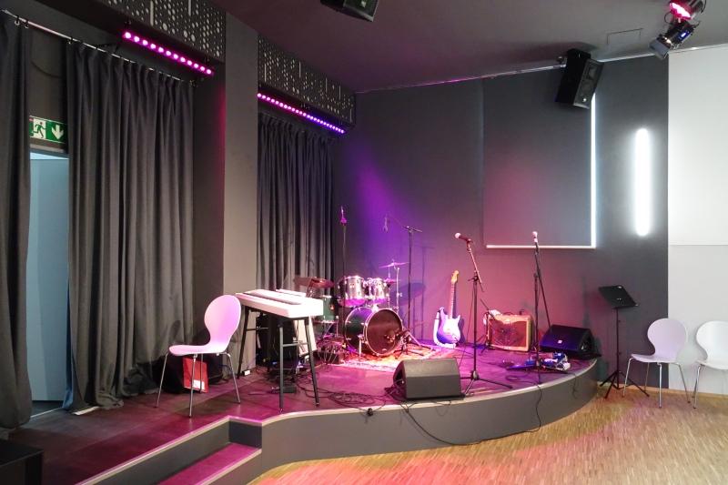 Bühne für das gemeinsame Auftreten in einer Band.