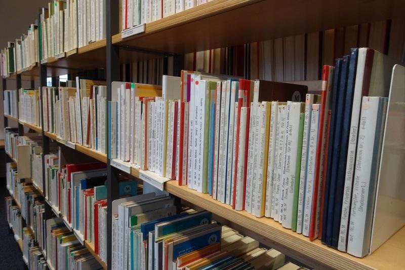 Die richtige Musik in den Regalen der Musikbibliothek finden.