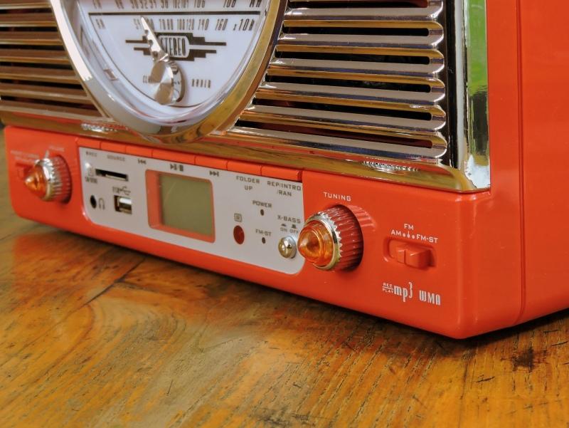 Musik hören mit einem modernen Vintage Radio und MP3-Player.
