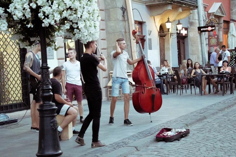 Junge Männer machen Straßenmusik.