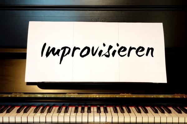 Klavier selber ohne Noten durch Improvisieren lernen.