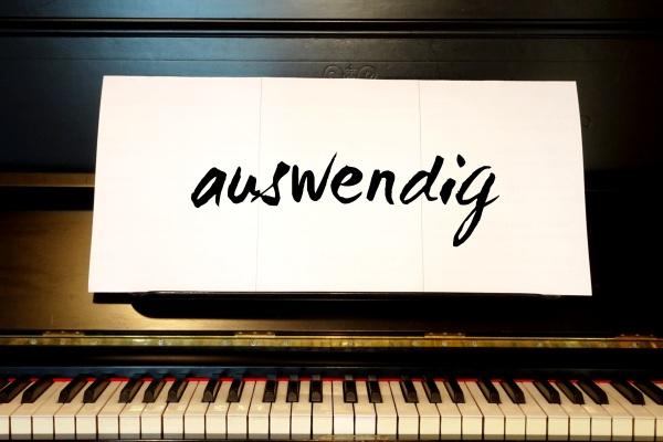 Klassisch Klavier ohne Notenblätter spielen durch Auswendiglernen.