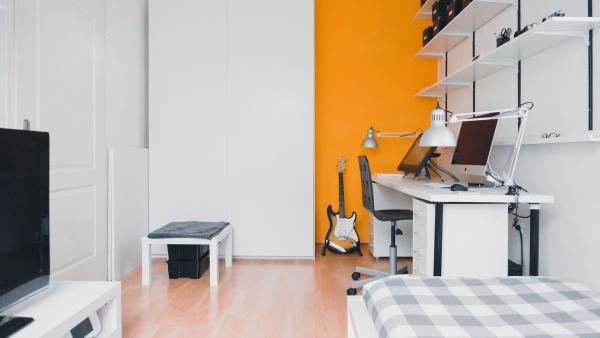 Gitarre steht griffbereit und motivierend im Zimmer.
