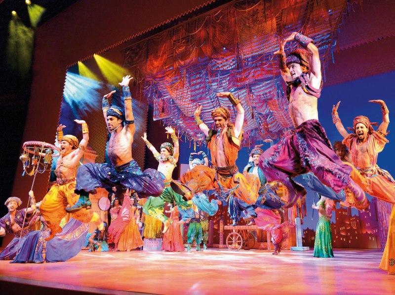 Musical Aladdin Erfahrungen: Tänzer in bunten orientalischen Kostümen