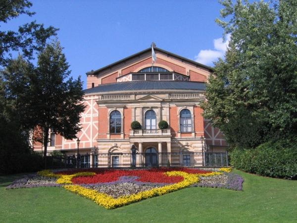 Der Besuch einer Oper von Richard Wagner im Bayreuther Festspielhaus ist ein Erlebnis!