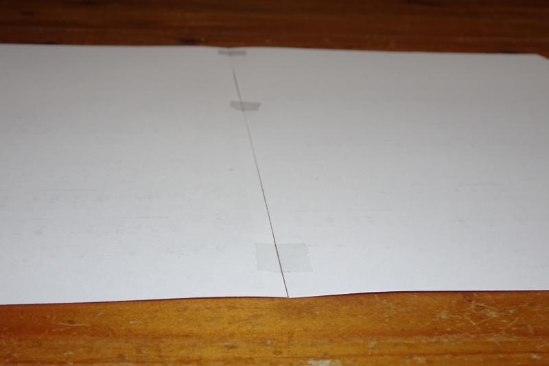 Zusammengeklebte Notenblätter: Klebetechnik mit drei kurzen Streifen Klebeband.