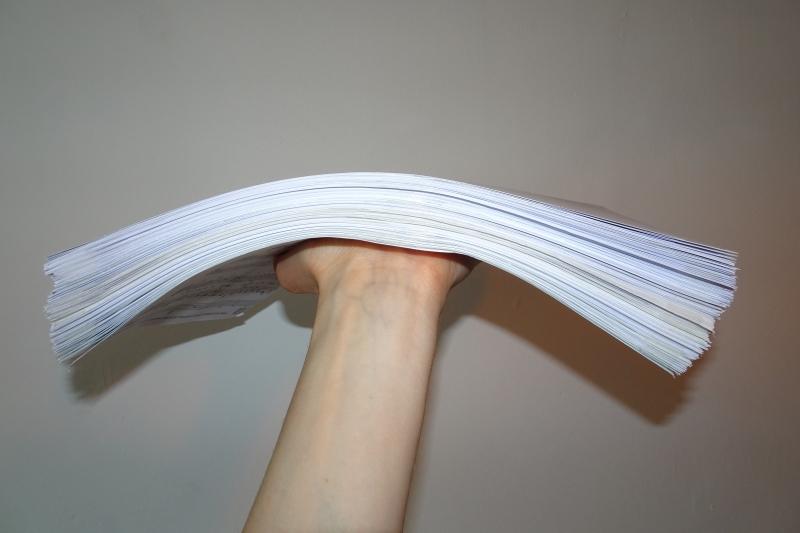 Fertig zusammengeklebte Notenblätter in einem ordentlichen Stapel zum Aufbewahren.