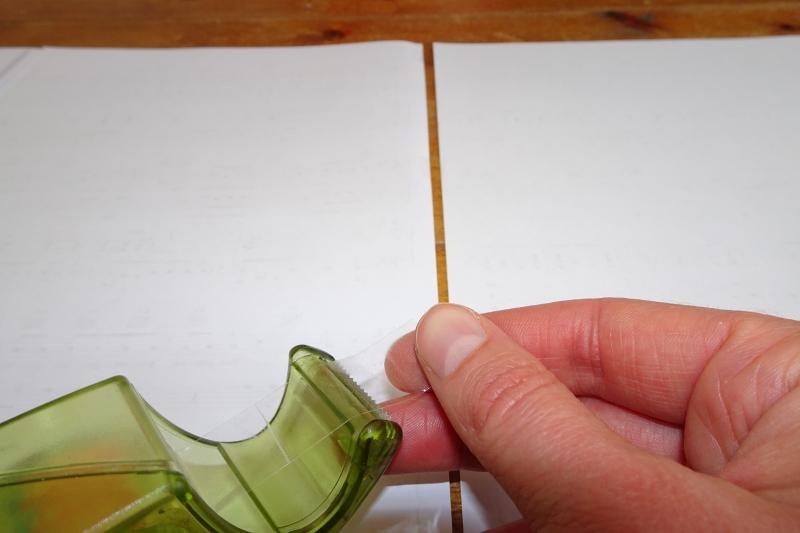 Noten mit Klebeband zusammenkleben.