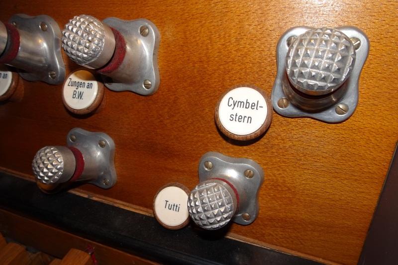 Registerknöpfe für die Füße an einer Kirchenorgel: Cymbelstern und Tutti
