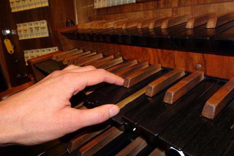 Orgel lernen mit Unterricht an einer Pfeifenorgel in der Kirche.