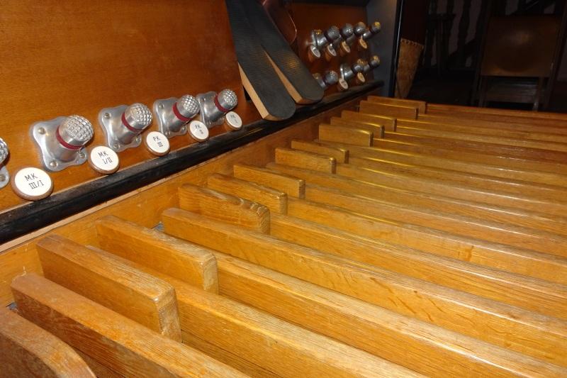 Orgel spielen mit den Füßen auf dem Pedal.