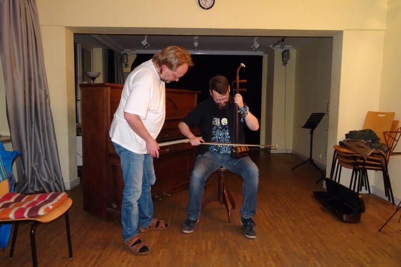 Piano Club Hamburg: Testen einer zweisaitigen chinesischen Kniegeige Erhu