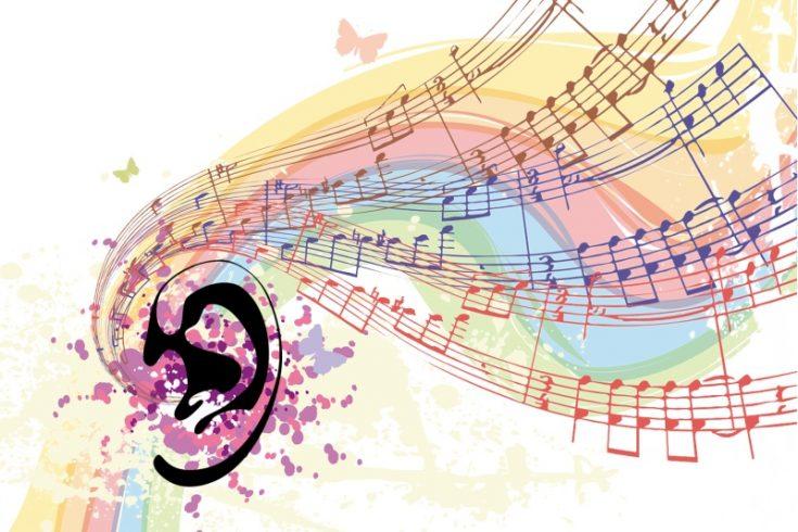 Nach Gehör spielen: Bunte Notenzeilen mit Noten strömen in ein Ohr