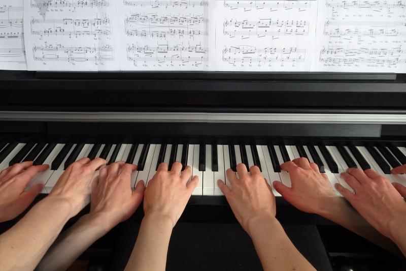 Klavierspiel zu sechs oder acht Händen.