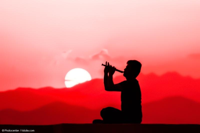 Meditativ musizieren: Flötenspieler vor Sonnenuntergang